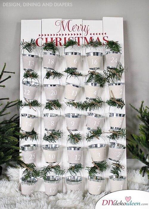 Adventskalender selber basteln, Holzplatte mit Eimerchen, DIY Idee zu Weihnachten
