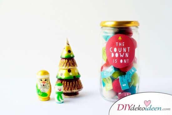 Adventskalender selber basteln, Marmeladenglas als Winterdeko, Girlande aus Filzbällen