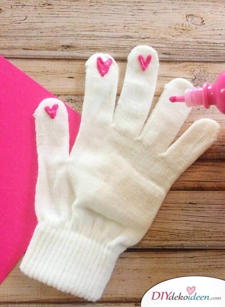 Bastelideen für DIY Geschenke zu Weihnachten, Touchscreen Handschuhe selber machen mit Fensterfarbe