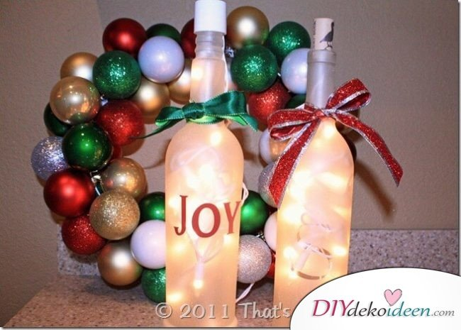 DIY Weihnachtsdeko Bastelideen mit Weinflaschen, weiße Flaschen mit Lichterketten, Joy