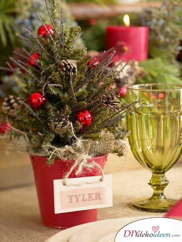 DIY Tischdeko Ideen zu Weihnachten, Mini Weihnachtsbaum aus Tannenzweigen in einem Blumentopf, mit Sitzkarte