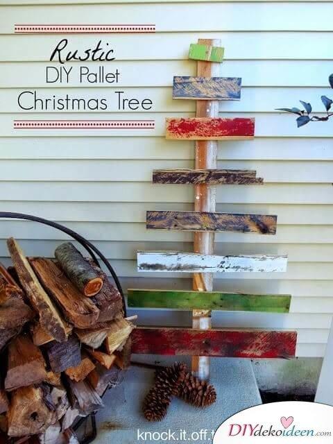 rustikaler DIY Weihnachtsbaum aus Europaletten - mit bunten Farben bestreichen