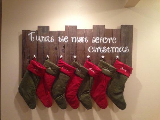 Weihnachtsdeko aus Europalette zum Selbermachen, Socken aufhängen, DIY Bastelideen zu Weihnachten mit einer Europalette