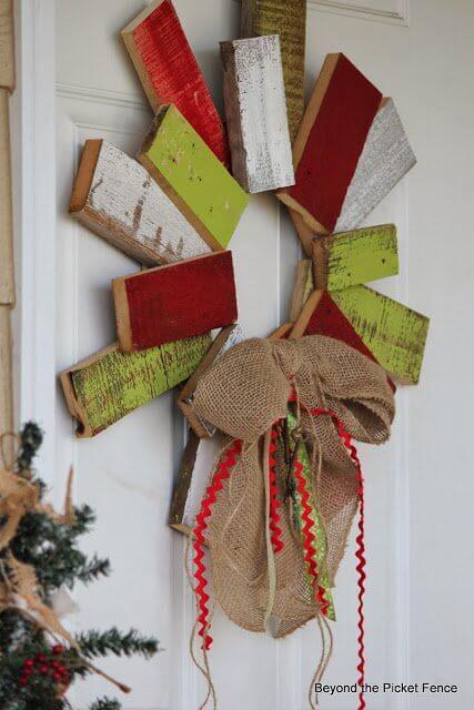 Selbstgemachter Weihnachtskranz für die Tür, Türdeko aus Europalette, DIY Bastelideen zu Weihnachten mit einer Europalette