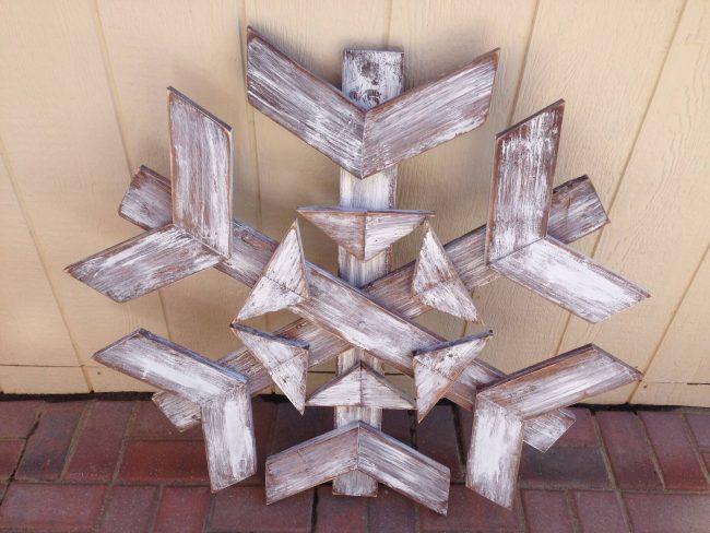 Schneeflocke aus Europalette basteln, DIY Deko zu Weihnachten, DIY Bastelideen zu Weihnachten mit einer Europalette