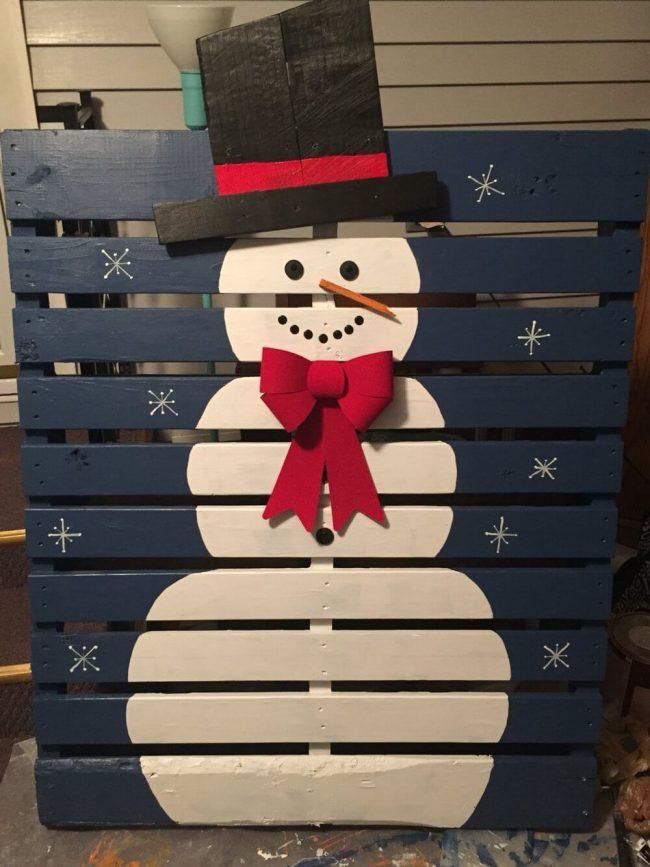 Schneemann Deko aus Europalette, DIY Bastelideen zu Weihnachten mit einer Europalette
