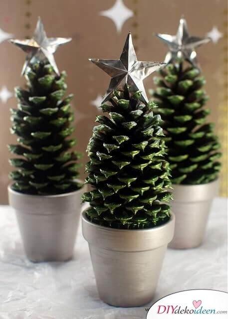 DIY Weihnachtsdeko Bastelideen mit Tannenzapfen-Mini-Weihnachtsbaum selber machen