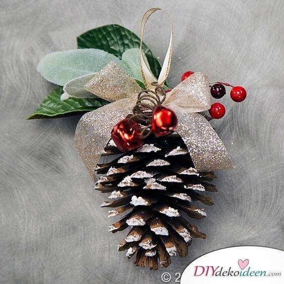 DIY Weihnachtsdeko Bastelideen mit Tannenzapfen-Baumschmuck basteln