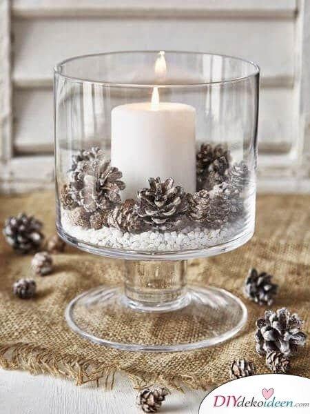 DIY Weihnachtsdeko und Bastelideen zu Weihnachten, skandinavische Tischdeko mit Kerzen und Tannenzapfen, Kunstschnee