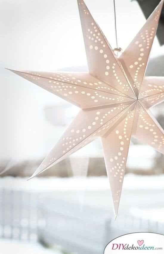 DIY Weihnachtsdeko und Bastelideen zu Weihnachten, skandinavische Deko, Weihnachts-Stern basteln mit Lichterketten, Fensterdeko
