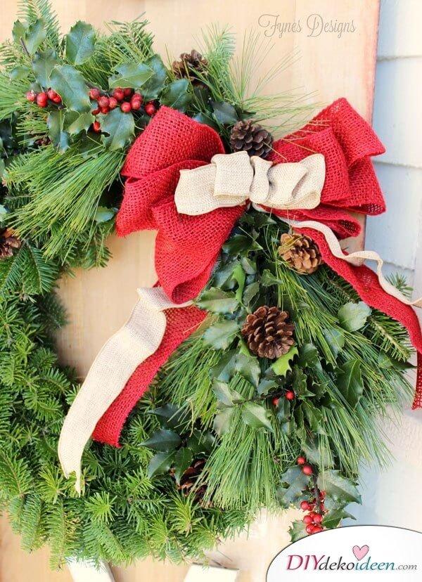 DIY Weihnachtskranz aus Tannenzweigen, Zierbeeren und Sackleinen