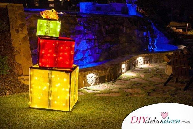 große leuchtende Geschenke basteln, Gartendeko mit Lichterketten Geschenkpaket