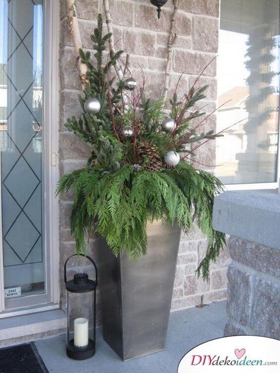 Garten-Deko-Ideen- Blumentopf dekorieren mit Weihnachtsbaumschmuck und Tannenzweigen