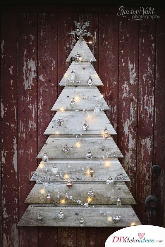 Weihnachtsdeko aus einer Holzpalette, Europalette-Tannenbaum basteln mit Lichterketten und Weihnachtsschmuck, DIY -Deko
