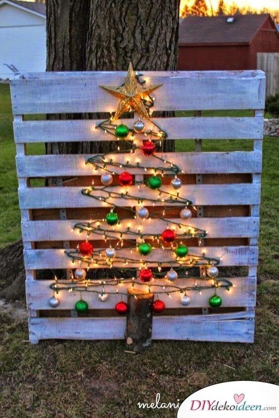 DIY Bastelidee mit Holzpaletten, Europalette-Tannenbaum mit Lichterketten und Weihnachtsbaumkugeln