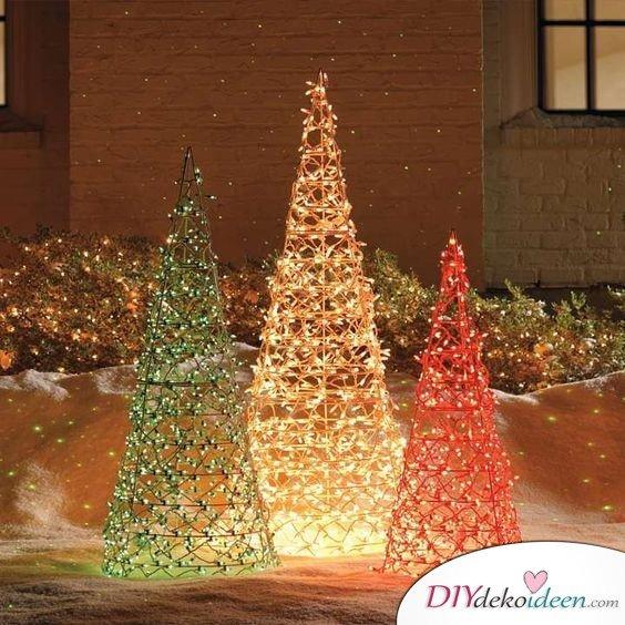 Weihnachtsdeko aus Drahtzaun, leuchtenden Tannenbaum basteln mit Lichterketten und Weihnachtsschmuck