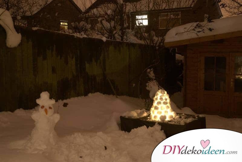 leuchtende Eislaternen im Garten