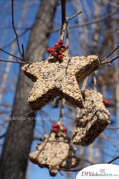 Garten gestalten, Vogelfutter selber machen, an den Baum als Baumschmuck hängen