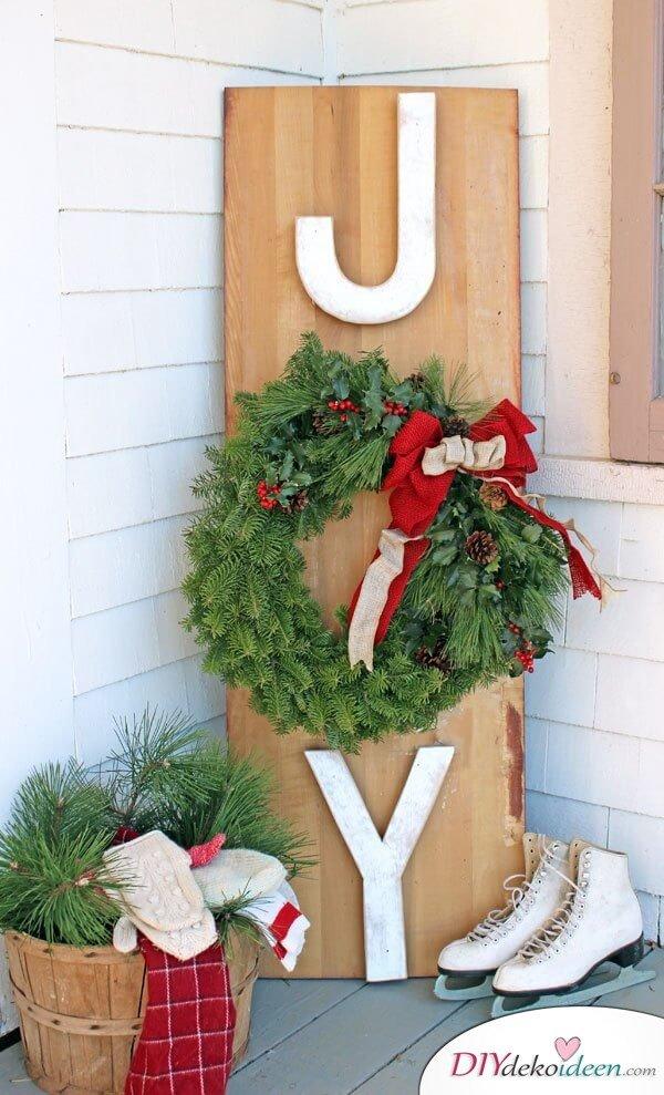 Gartendeko Bastelieen, Deko aus einer Holzpalette bastlen, mit DIY Weihnachtskranz