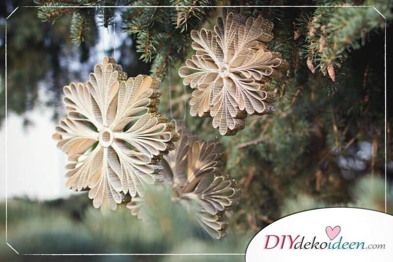 DIY Bastelideen aus Papier, Weihnachtsdeko selber basteln, Schneeflocken aus Zeitungspapier basteln