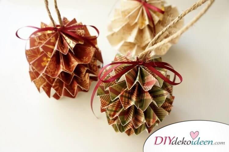 DIY Papierschmuck zu Weihnachten, Weihnachtsdeko basteln, Tannenzapfen aus Zeitungspapier basteln