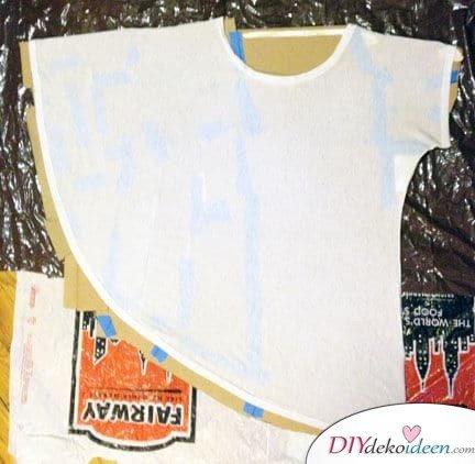 T-Shirt auf das Kartonpapier legen - DIY Projekte mit Kleidung