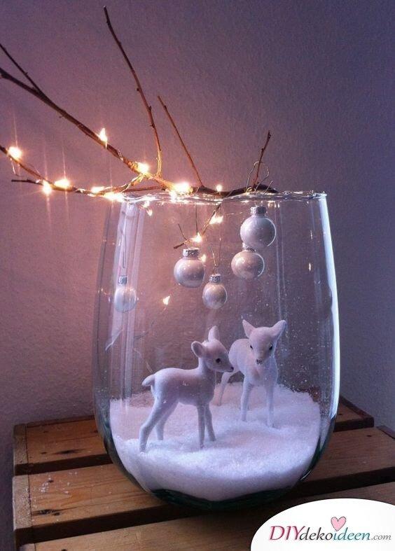 Weihnachtsdeko Ideen mit Lichterketten-Glasvase mit Kunstschnee
