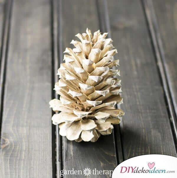 DIY Weihnachtsdeko Bastelideen mit Tannenzapfen-Zapfen bleichen