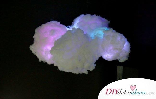 DIY Deko Hängelampe basteln, Bastelidee mit Watte, bunte Wolkenlampe, leuchtende Wolke