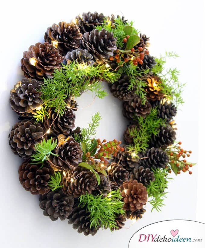 DIY Weihnachtsdeko Bastelideen mit Tannenzapfen-Türkranz basteln