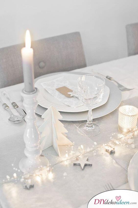 Weihnachtsdeko Ideen mit Lichterketten-Tischdeko mit Kerzen und Lichterketten