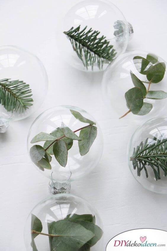DIY Weihnachtsdeko und Bastelideen zu Weihnachten, skandinavische Glaskugeln mit Blättern, DIY Weihnachtskugel