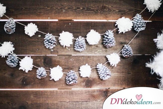 DIY Weihnachtsdeko Bastelideen mit Tannenzapfen-Girlande basteln