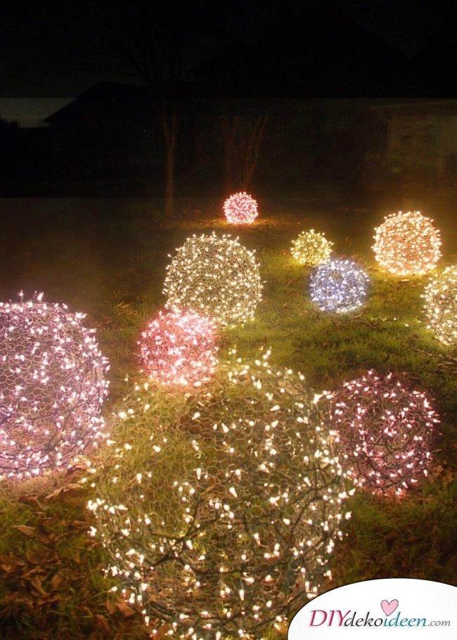 Weihnachtsdeko Ideen mit Lichterketten-bunte, leuchtende Kugeln für den Garten