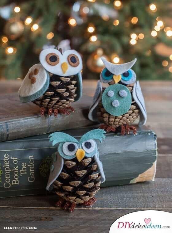 DIY Weihnachtsdeko Bastelideen mit Tannenzapfen-Eule basteln