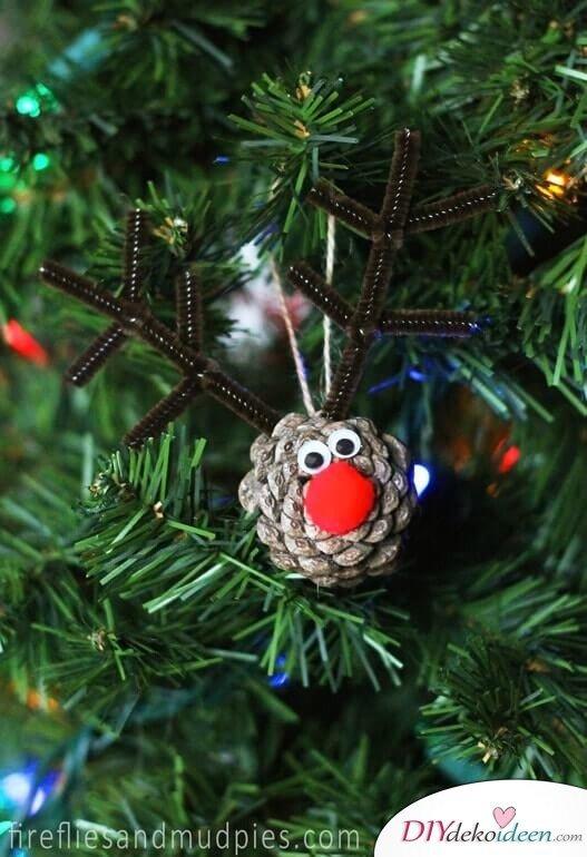DIY Weihnachtsdeko Bastelideen mit Tannenzapfen-Rentier basteln