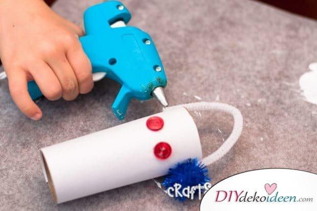 DIY Bastelideen für Weihnachtsbasteln mit Kindern, Geschenke selber machen, aus Klopapierrollen Schneemann basteln