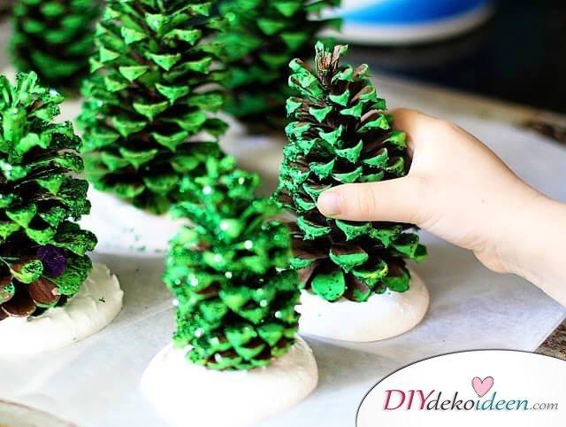 DIY Bastelideen für Weihnachtsbasteln mit Kindern, Geschenke selber machen, Tannenzapfen bemalen