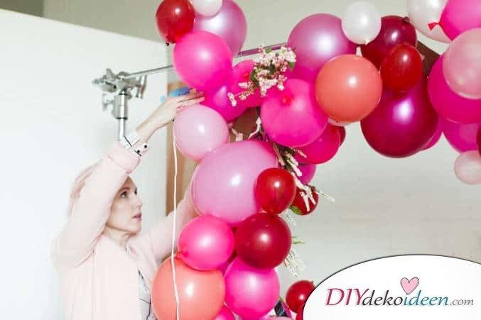 DIY Dekoidee für den Valentinstag - Riesenherz aus Luftballons