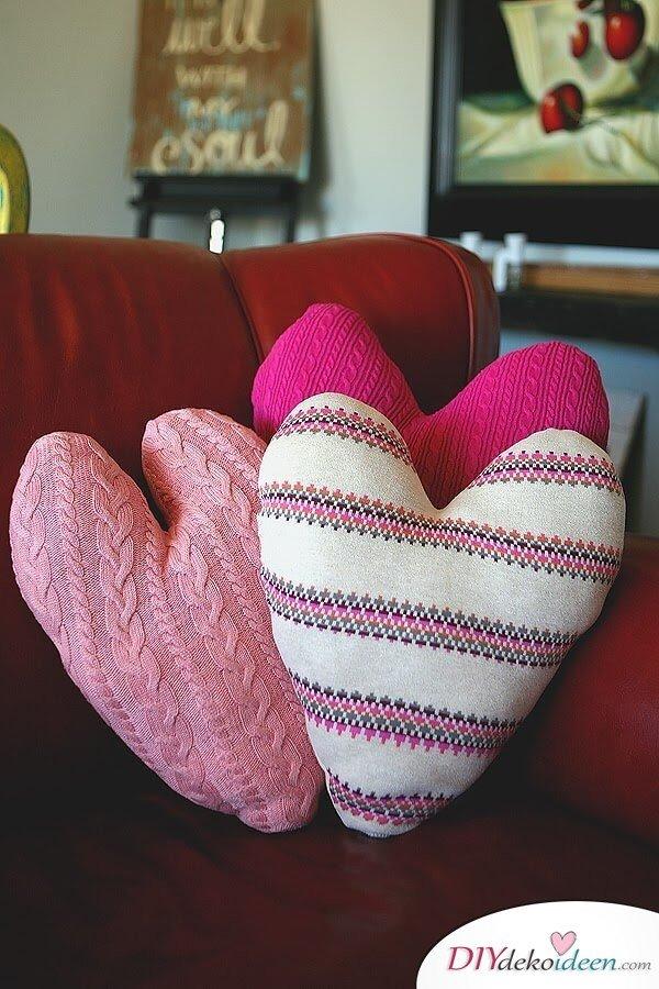 Herzförmige Pulloverkissen - DIY Dekoidee für den Valentinstag