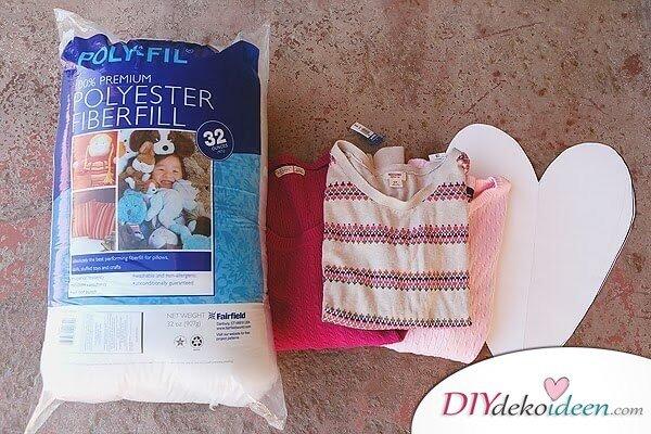 DIY Dekoidee für den Valentinstag - Herzförmige Pulloverkissen