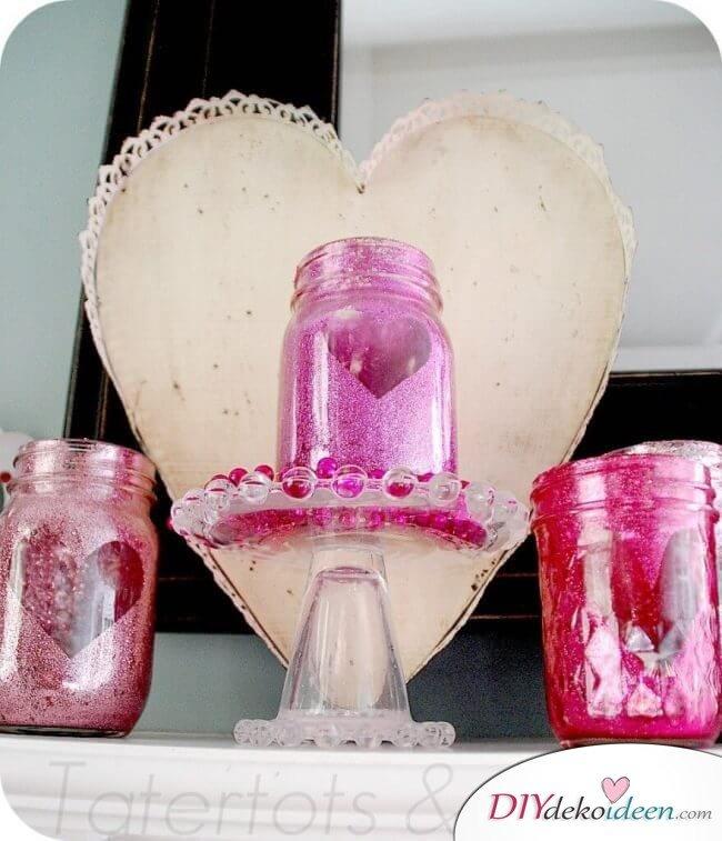 DIY Bastelidee für den Valentinstag - Glitzerndes Kerzenglas