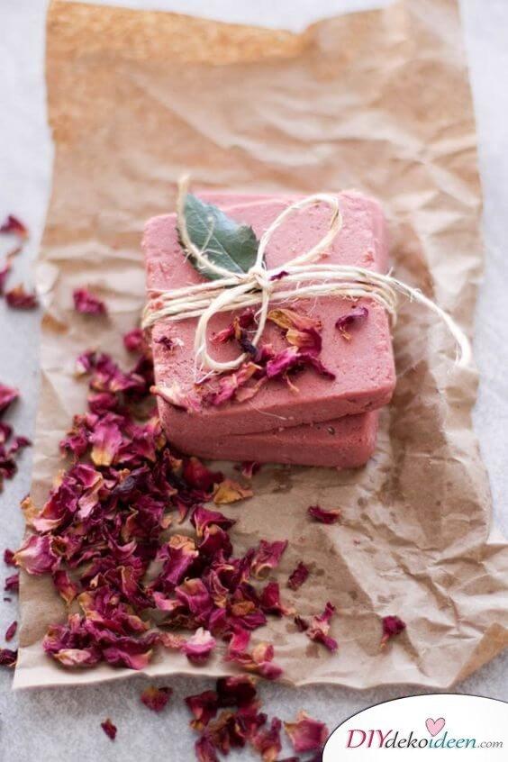 DIY Seife selber machen mit Rosenwasser