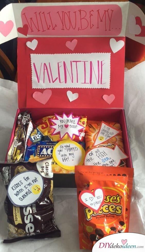Geschenkpaket mit Süßigkeiten zum Valentinstag