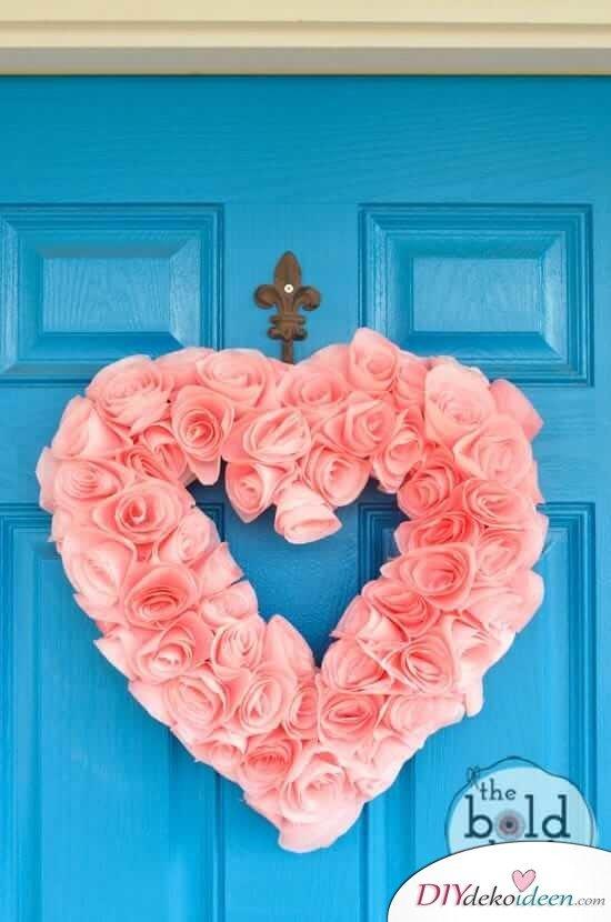 Herzförmiger Blumenkranz aus Kaffeefiltern - DIY Valentinstagsgeschenk