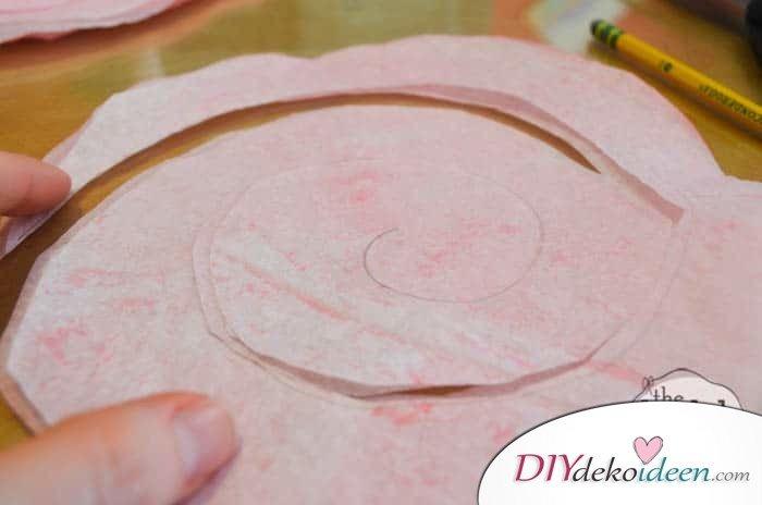 DIY Geschenk - Herzförmiger Blumenkranz aus Kaffeefiltern