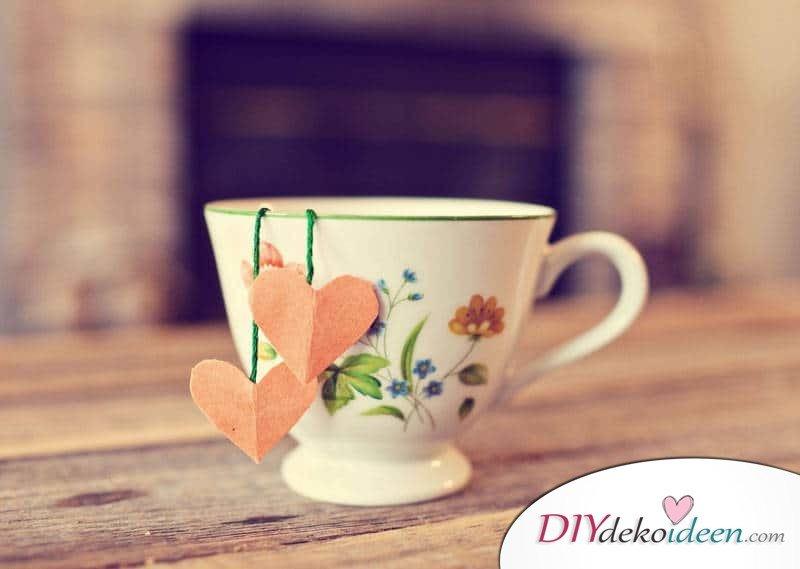 Selbstgebastelte Teebeutel mit Herzchen - DIY Valentinstag Geschenke