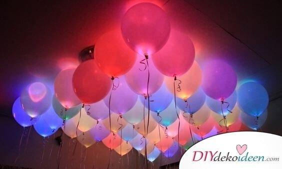 Leuchtende Luftballons: Partydeko zum Selbermachen