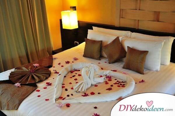 DIY Schlafzimmer Deko-Ideen zum Valentinstag: Handtuchschwan und Rosen