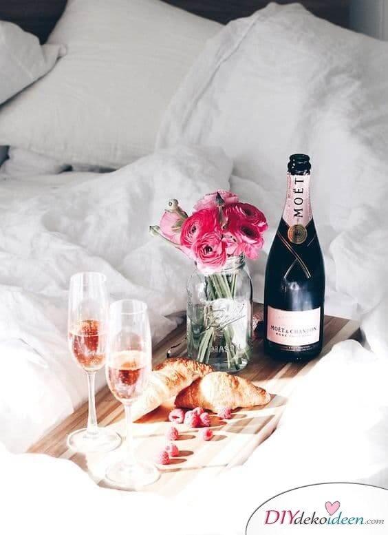 DIY Schlafzimmer Deko-Ideen zum Valentinstag: romantisches Frühstück ans Bett